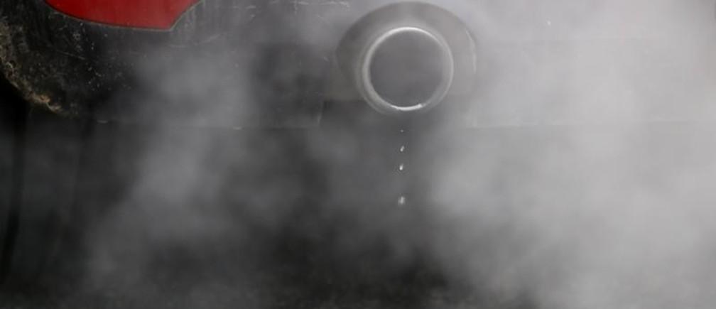 An exhaust emits fumes as a car is driven through Richmond in London, Britain December 2, 2016.  REUTERS/Peter Nicholls - LR1ECC216LDSZ