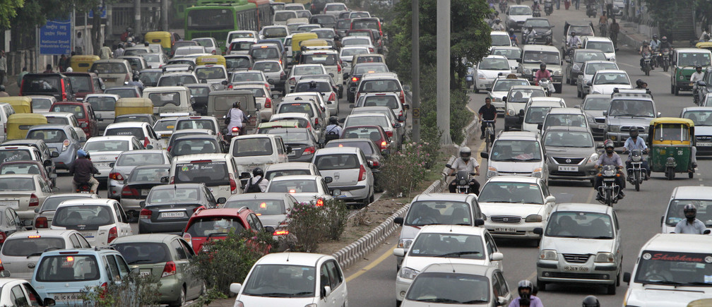 Heavy traffic moves along a busy road during a power-cut at the traffic light junctions in New Delhi July 31, 2012. Grid failure hit India for a second day on Tuesday, cutting power to hundreds of millions of people in the populous northern and eastern states including the capital Delhi and major cities such as Kolkata. REUTERS/B Mathur (INDIA - Tags: ENERGY TRANSPORT) - GM1E87V1Q0D01