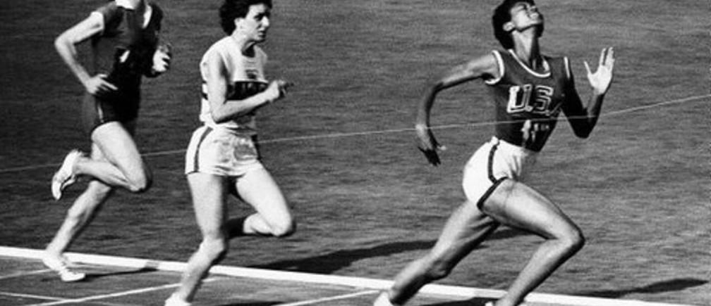 Wilma Rudolph gana los 100 metros femeninos en las Olimpiadas de Verano de 1960 en Roma.