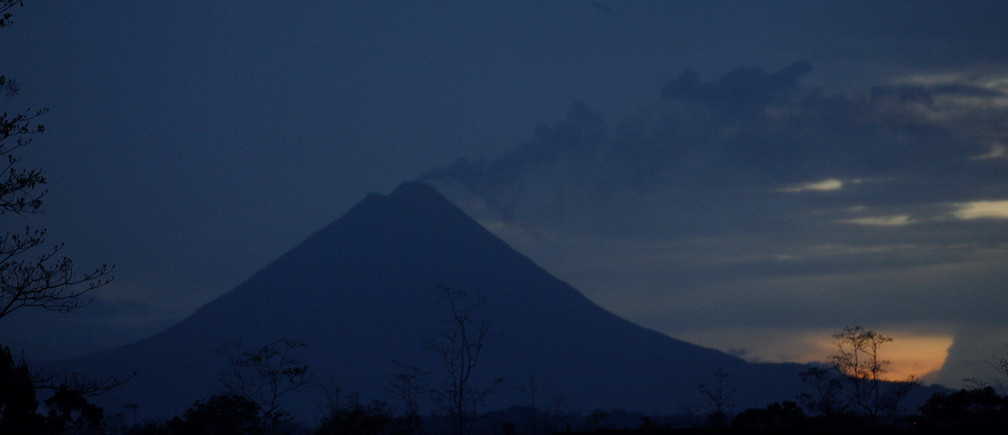 The Arenal volcano is seen from Los Chiles de San Carlos 300km (187,5 miles) the north of San Jose May 22, 2008. REUTERS/Juan Carlos Ulate (COSTA RICA) - RTX62AM