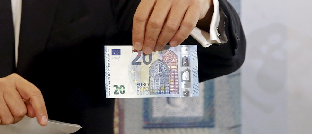 Governor of the Central Bank of Greece Yannis Stournaras presents the new 20 Euro banknote at the institution's Museum in Athens, Greece, November 24, 2015.  REUTERS/Alkis Konstantinidis - GF20000071907