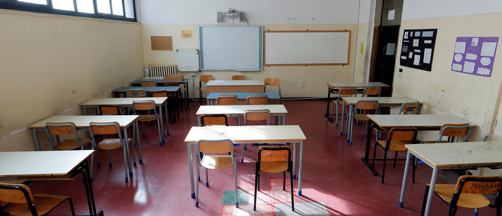Un aula vacía de la escuela I.T.C Di Vittorio - I.T.I. Lattanzio aparece en la foto después del decreto del gobierno para cerrar las escuelas, los cines, e instar a la gente a trabajar desde casa y a no estar más cerca de un metro de los demás en Roma, Italia, el 5 de marzo de 2020.