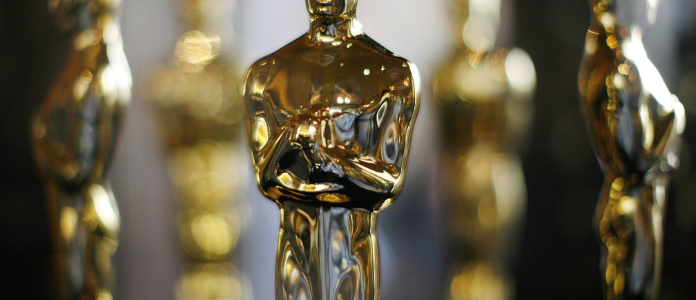 Actual Oscar statuettes to be presented during the 80th Annual Academy Awards sit in a display case in Hollywood February 22, 2008. The Oscars will be presented on February 24.  REUTERS/Gary Hershorn (UNITED STATES) - GM1DXICRBYAA