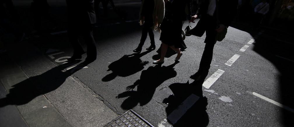 Office workers cross a street in Sydney, Australia, September 4, 2017. Picture taken September 4, 2017.    REUTERS/Steven Saphore - RC1A8A42D6C0