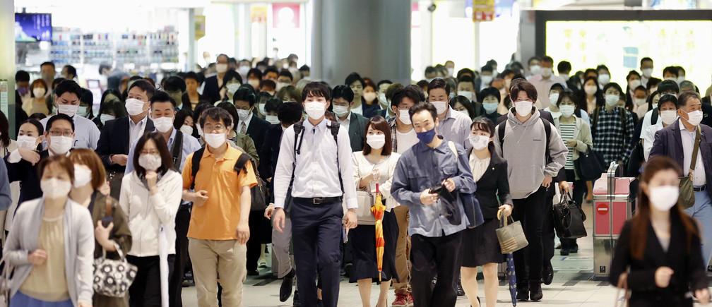 Los viajeros que llevan máscaras faciales de protección se ven un día después de que el gobierno anunciara el levantamiento del estado de emergencia por la enfermedad del coronavirus (COVID-19) en grandes partes del país, incluyendo Fukuoka, en Fukuoka, al sur de Japón, en esta foto tomada por Kyodo el 15 de mayo de 2020.