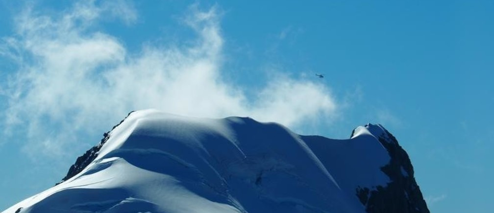A helicopter flies above a glacier on Mount Tutoko New Zealand March 7, 2017.           REUTERS/Henning Gloystein - RC12B1008220