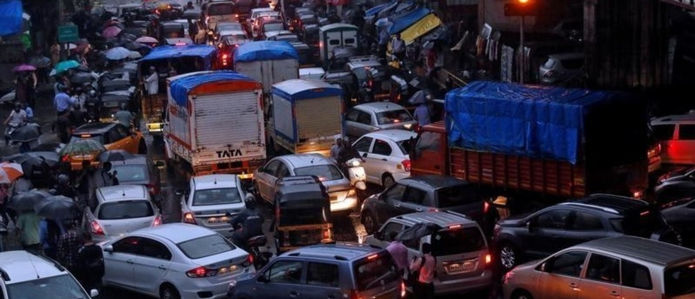 Vehicles are seen stuck in a traffic jam at an intersection after rains in Mumbai, India, August 29, 2017. REUTERS/Shailesh Andrade - RC1946F71880
