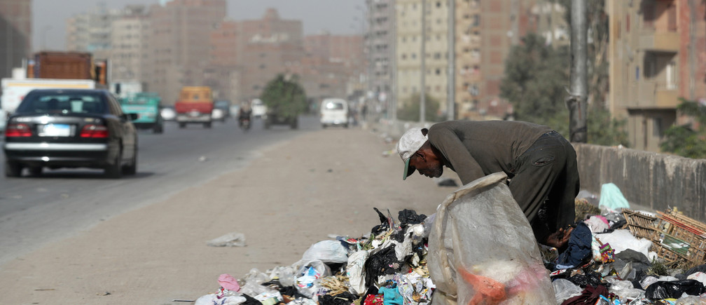 A man picks through rubbish on a road in Cairo, Egypt October 29, 2018. Picture taken October 29, 2018. REUTERS/Mohamed Abd El Ghany - RC1DD71C9A40