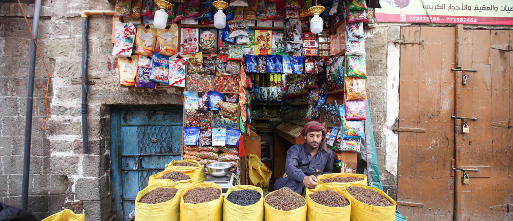 Un vendedor de especias espera a los clientes durante los preparativos para el mes sagrado del Ramadán en medio de las preocupaciones por la propagación de la enfermedad coronavirus (COVID-19), en Sanaa, Yemen, el 22 de abril de 2020.