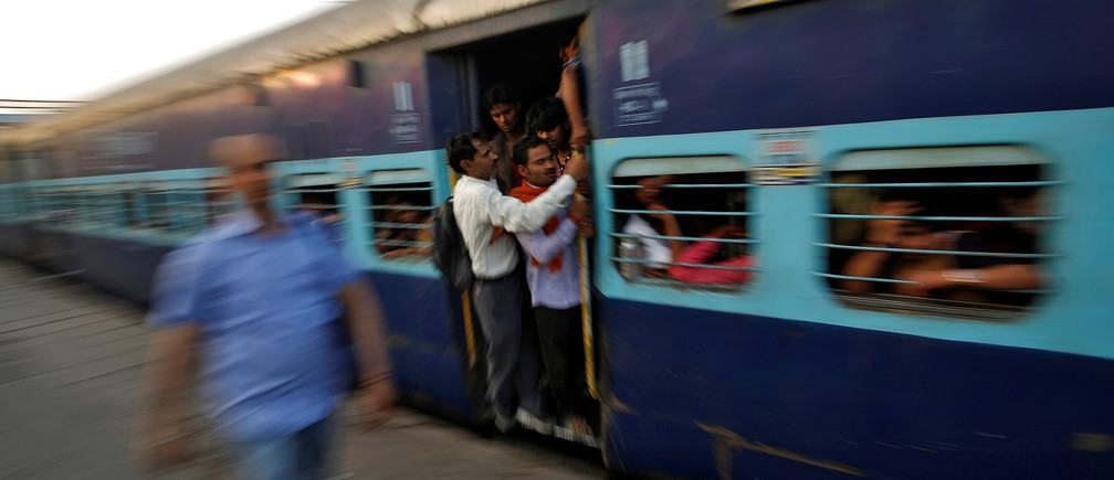 Passengers travel in an overcrowded train at Ghaziabad railway station on the outskirts of New Delhi, India, April 20, 2017. Picture taken April 20, 2017. REUTERS/Adnan Abidi - RTS1499N