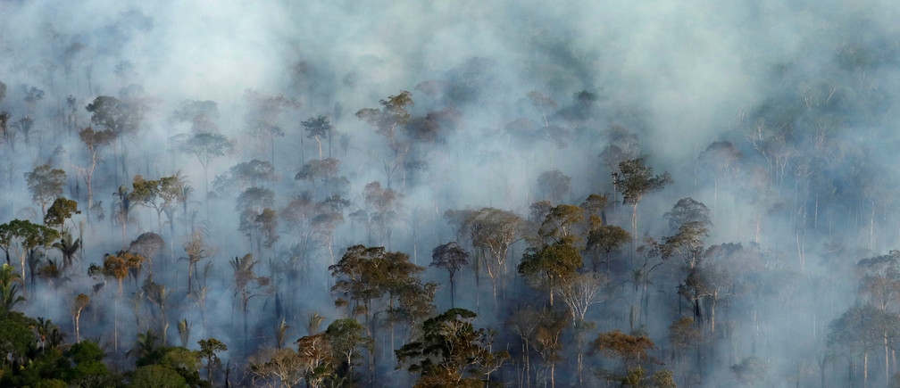 Smoke billows during a fire in an area of the Amazon rainforest near Porto Velho, Rondonia State, Brazil, September 10, 2019. Picture taken September 10, 2019. REUTERS/Bruno Kelly     TPX IMAGES OF THE DAY - RC194A9210F0