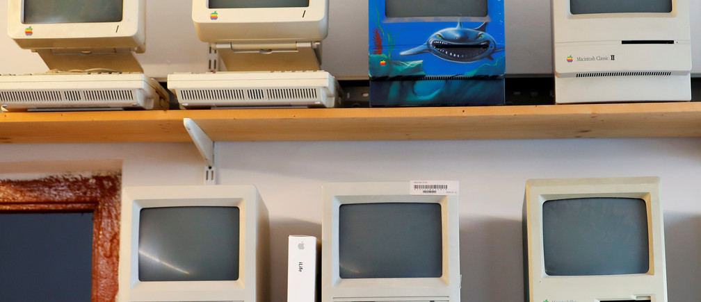 Macintosh SE computers are seen in the office of Austrian Apple computer collector Roland Borsky in Vienna, Austria October 3, 2018. Picture taken October 3, 2018. REUTERS/Leonhard Foeger - RC1793B70D00