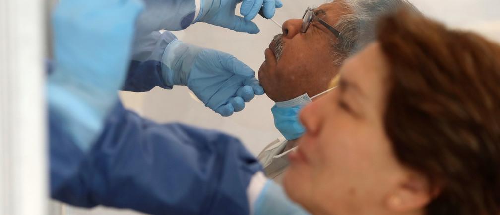 Miembros de las ciencias biológicas del Instituto Politécnico Nacional (IPN) realizan pruebas a personas para detectar la enfermedad coronavírica (COVID-19) en la universidad, mientras continúa el brote de la enfermedad coronavírica (COVID-19), en la Ciudad de México, México, el 17 de junio de 2020.