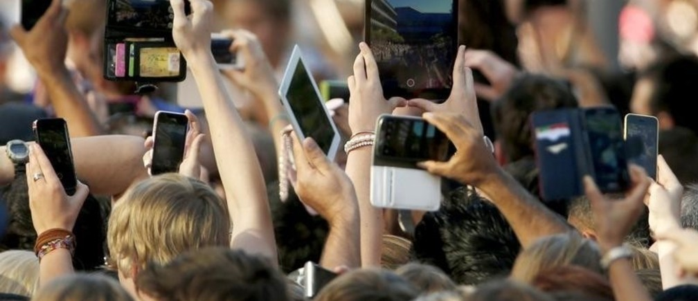Members of the public use their mobile devices to take photographs of Britain's Prince William and his wife Catherine, Duchess of Cambridge at a walk about in Brisbane, April 19, 2014. Britain's Prince William and his wife Kate are on the second leg of a 19 day official visit to New Zealand and Australia with their son George.   REUTERS/Phil Noble (AUSTRALIA - Tags: ROYALS POLITICS ENTERTAINMENT TPX IMAGES OF THE DAY) - RTR3LVTI