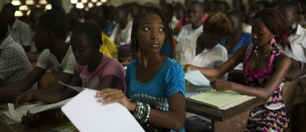Students attend class at the Technical College of Bangui March 12, 2014. REUTERS/Siegfried Modola (CENTRAL AFRICAN REPUBLIC - Tags: EDUCATION SOCIETY) - GM1EA3C1GYA01