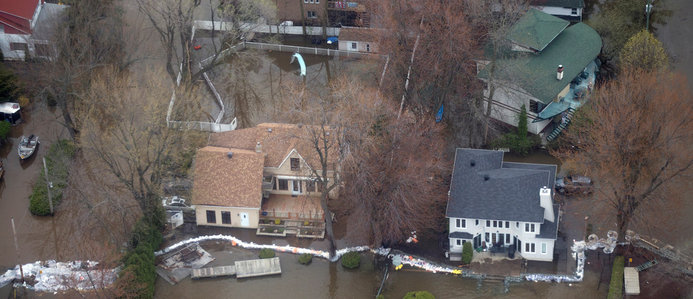 An overhead view showing the flooded Montreal suburb of Pierrefonds, Quebec, Canada May 11, 2017. REUTERS/Christinne Muschi - RTS169Y7