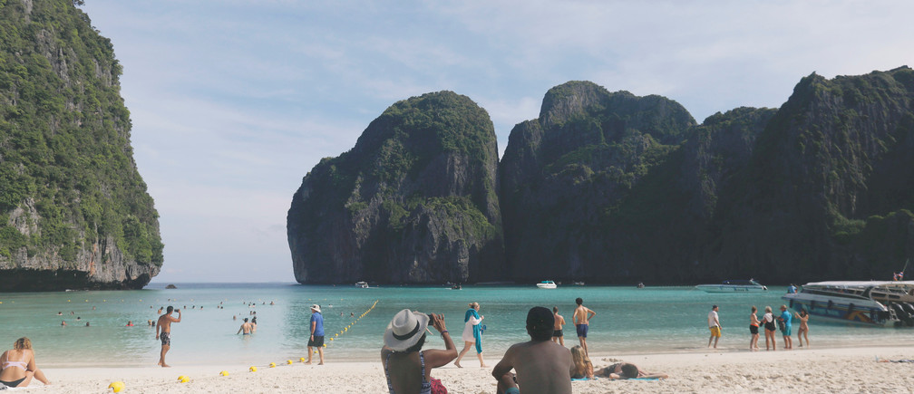 Tourists pass their time as they visit Maya bay at Krabi province, Thailand May 23, 2018. REUTERS/Soe Zeya Tun - RC1CD91E4D30