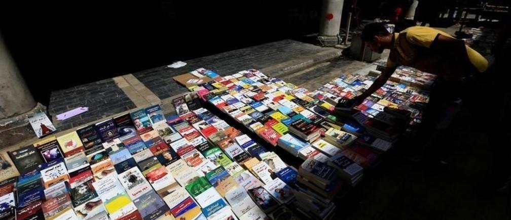 A man shops for books on Mutanabbi Street in Baghdad, Iraq August 11, 2017. REUTERS/Thaier Al-Sudani - RC1D28347DB0