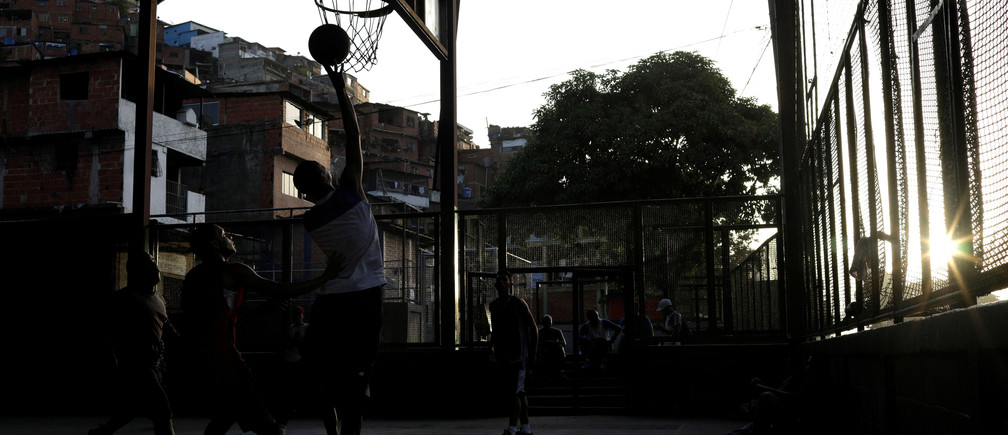 Men play basketball on the outskirts of Caracas, Venezuela, September 27, 2017. REUTERS/Ricardo Moraes - RC13FC8C77B0