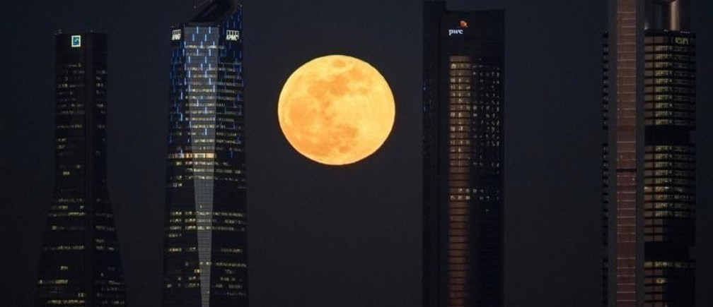 "A full moon ""supermoon"" rises in between four towers in a skyscrapers area in Madrid, Spain, January 31, 2018.  REUTERS/Paul Hanna - RC1FB9D806F0"