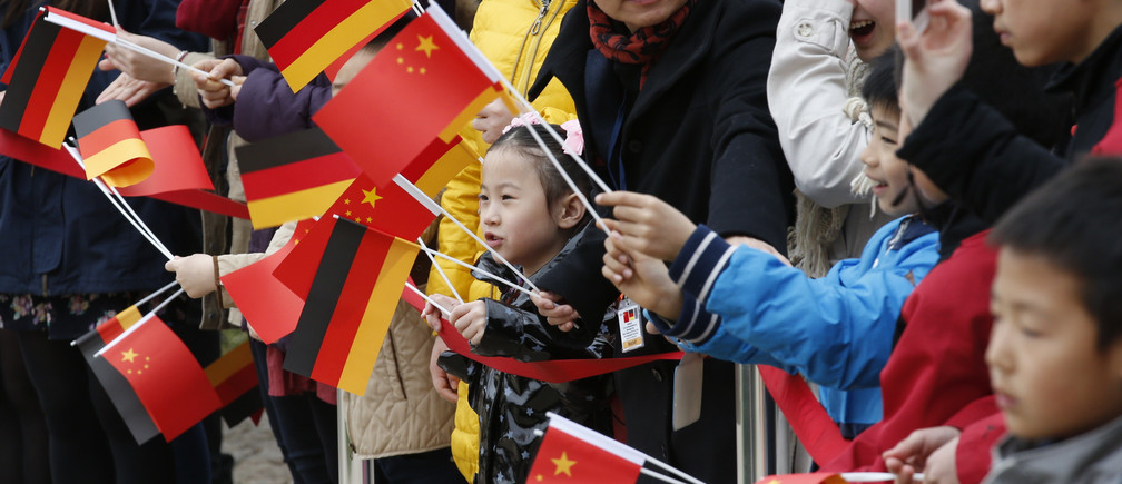 Well wishers wave German and Chinese flags as they await the arrival of China's President Xi Jinping and his wife Liyuan at Bellevue presidential palace in Berlin March 28, 2014.     REUTERS/Fabrizio Bensch (GERMANY  - Tags: POLITICS)   - LR1EA3S0SAJVA