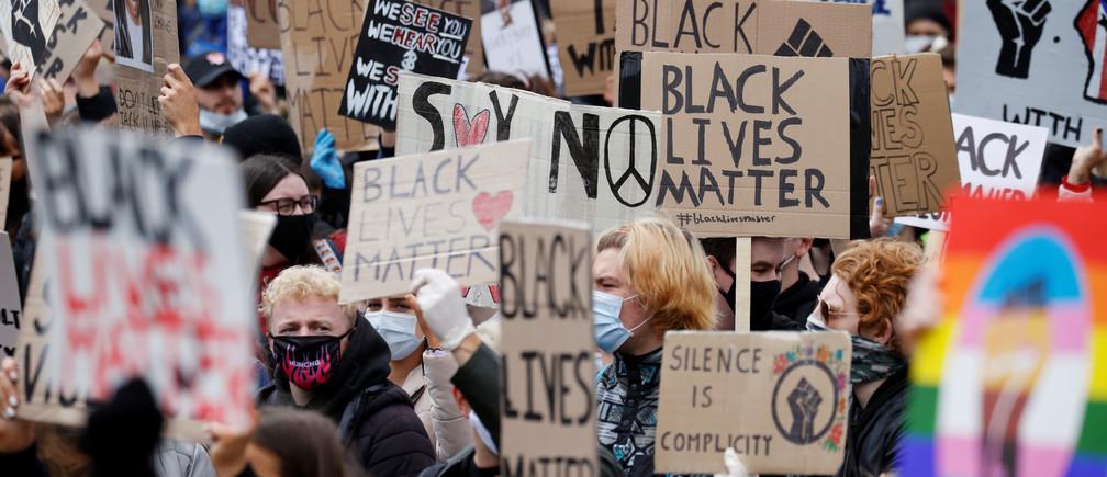 Manifestantes durante una protesta de Black Lives Matter en Manchester tras la muerte de George Floyd que murió bajo custodia policial en Minneapolis, Manchester, Gran Bretaña, el 6 de junio de 2020.