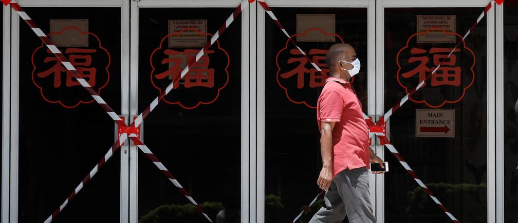 Un hombre pasa por un centro comercial cerrado en medio del brote de la enfermedad coronavirus (COVID-19) en Singapur el 26 de mayo de 2020.