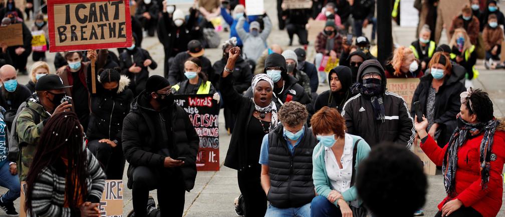 Manifestantes se arrodillan durante una protesta de Black Lives Matter en Station Square, después de la muerte de George Floyd que murió bajo custodia policial en Minneapolis, Milton Keynes, Gran Bretaña, el 6 de junio de 2020.