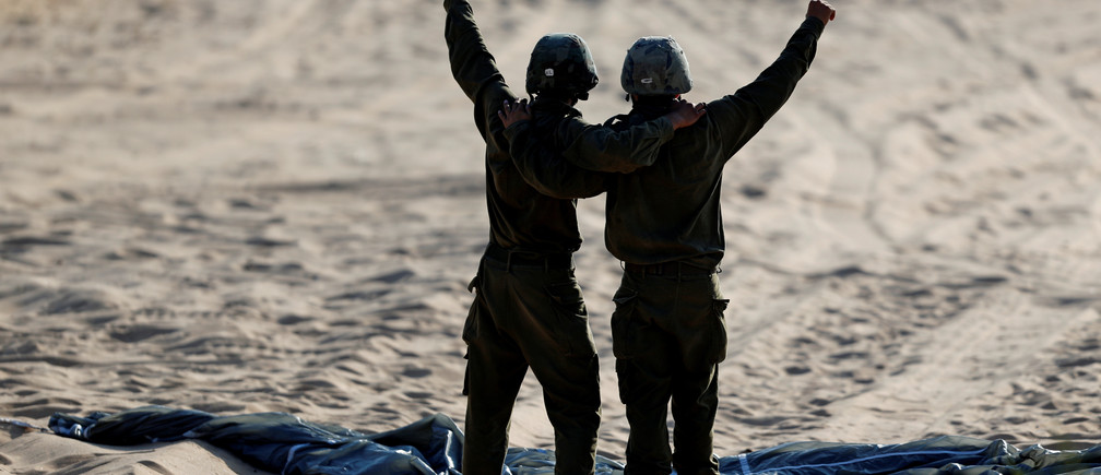 Israeli paratroopers take part in a military exercise at the Palmachim air force base near Tel Aviv, Israel July 5, 2016. REUTERS/Amir Cohen - RTX2JRU0