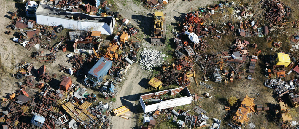 Aerial photograph of a junkyard on a farm near Steinback, Manitoba, October 8, 2004. REUTERS/Shaun Best NO RIGHTS CLEARANCES OR PERMISSIONS ARE REQUIRED FOR THIS IMAGE  SB - RP5DRHXPSIAC