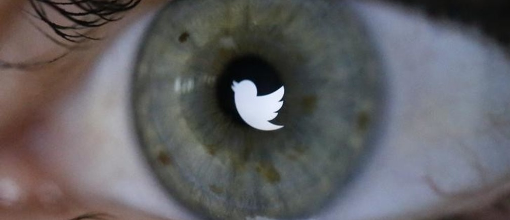 An illustration picture shows the Twitter logo reflected in the eye of a woman in Berlin, November 7, 2013. Twitter Inc priced its initial public offering above its expected range to raise at least $1.8 billion, in a sign of strong investor demand for the most highly anticipated U.S. public float since Facebook Inc.       REUTERS/Fabrizio Bensch (GERMANY - Tags: BUSINESS TELECOMS)