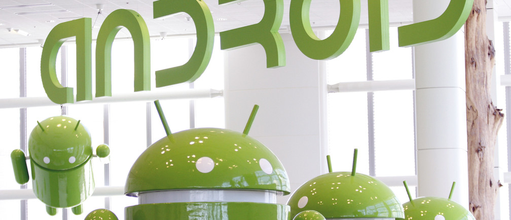 Android mascots are lined up in the demonstration area at the Google I/O Developers Conference in the Moscone Center in San Francisco, California, May 10, 2011. REUTERS/Beck Diefenbach   (UNITED STATES - Tags: SCI TECH BUSINESS) - GM1E75B0G7T02