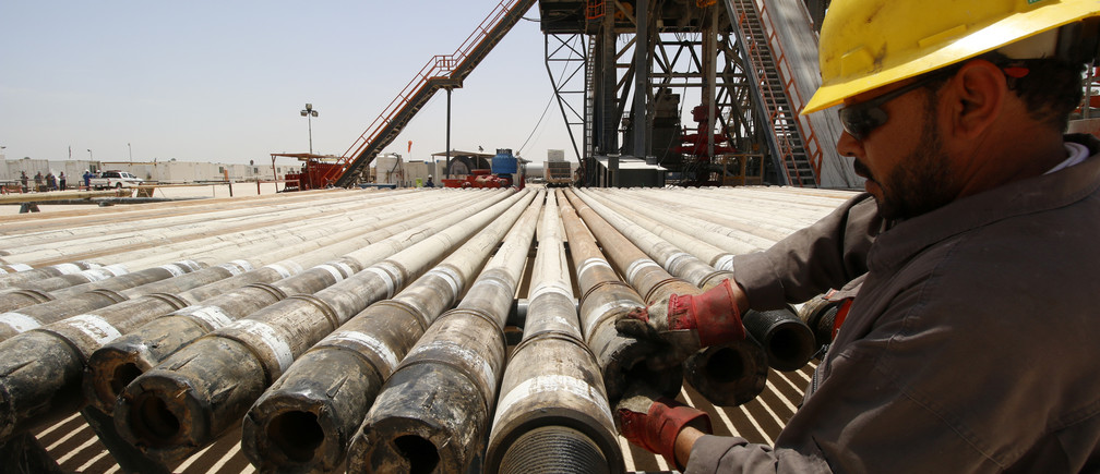 A man works for Iraqi Drilling Company at Rumaila oilfield in Basra, Iraq, May 11, 2017.  REUTERS/Essam Al-Sudani - RTS167PS