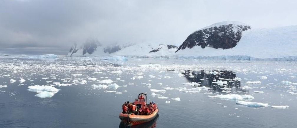 A Greenpeace boat floats in Neko Harbour, Antarctica, February 16, 2018. REUTERS/Alexandre Meneghini - RC1E8E0FA710