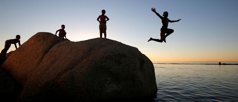 Children leap into a tidal pool as temperatures soar at Camps Bay beach in Cape Town, South Africa, December 11, 2016.   REUTERS/Mike Hutchings     TPX IMAGES OF THE DAY - RC11366B8830