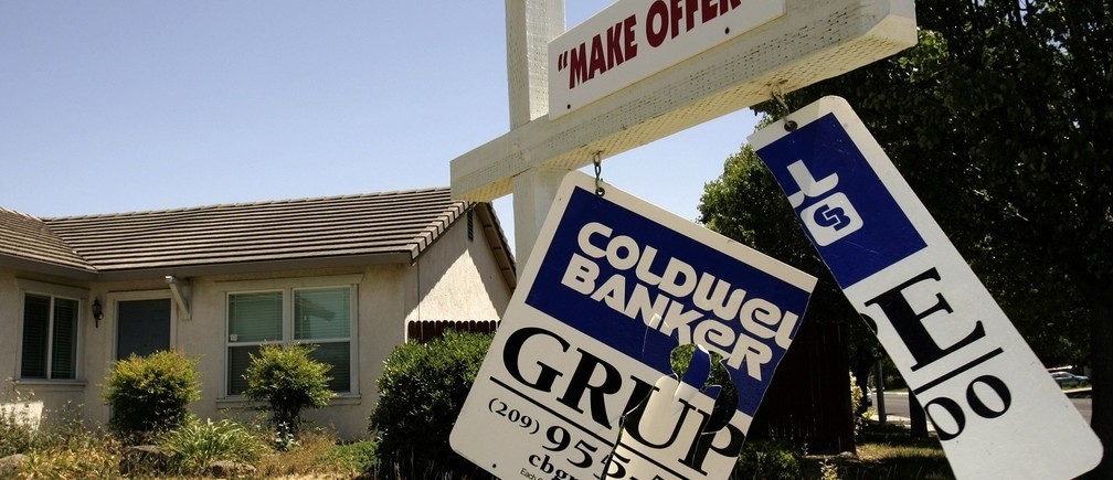 A foreclosed home is shown in Stockton, California May 13, 2008. Home foreclosure filings in the U.S. jumped 23 percent in the first quarter from the prior quarter, and more than doubled from a year earlier. REUTERS/Robert Galbraith (UNITED STATES) - RTX5NRQ