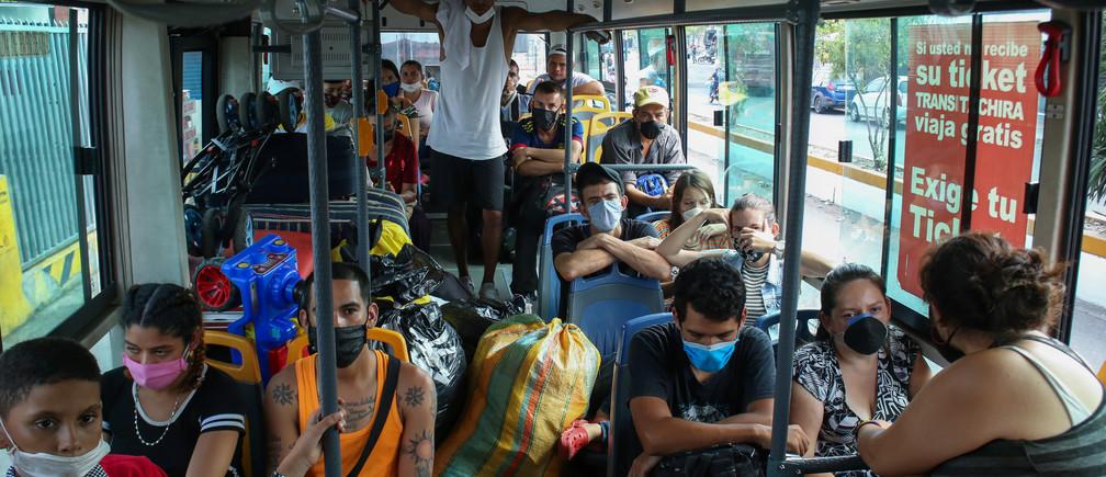 Venezuelan citizens return to homeland board by bus after spending 14 days in quarantine at Venezuela- Colombia border as the spread of the coronavirus disease (COVID-19) continues in San Antonio, Venezuela April 30, 2020. Picture taken April 30, 2020 REUTERS/Carlos Eduardo Ramirez - RC2KGG998UN6