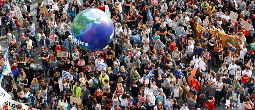 Schoolchildren, students and activists attend a protest march to call for action against climate change, in Vienna, Austria, September 27, 2019. REUTERS/Leonhard Foeger - RC16E756B600