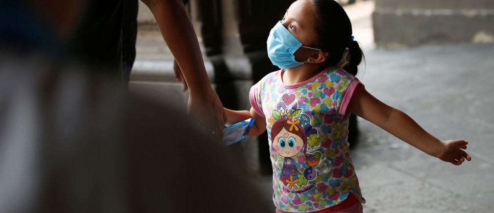A child wears a surgical mask due to elevated levels of pollution during smog in Mexico City, Mexico May 16, 2019. REUTERS/Carlos Jasso - RC1C64DF0960