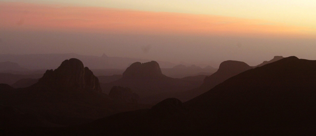 View of the sunrise at an altitude of 3,000 metres in Tamanrasset, some 2,000 km south of the Algerian capital Algiers on New Year's Day January 1, 2005. NO RIGHTS CLEARANCES OR PERMISSIONS ARE REQUIRED FOR THIS IMAGE. REUTERS/ Louafi Larbi  L.L/acm - RP5DRIIDOSAA