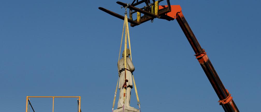 Una estatua del comandante confederado Richard W. Dowling es retirada antes del 17 de junio en Houston, Texas, EE.UU. El 17 de junio de 2020.