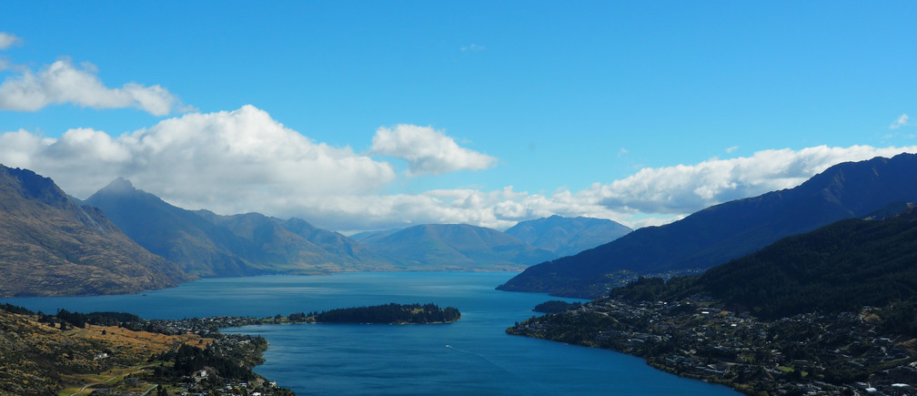 Queenstown is seen on the shores of Lake Wakatipu New Zealand March 7, 2017.          REUTERS/Henning Gloystein - RC1B0F9621A0