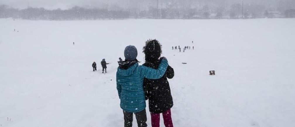 Children look over a hill during heavy snowfall in Toronto, Ontario December 11, 2014.     REUTERS/Mark Blinch (CANADA - Tags: ENVIRONMENT TPX IMAGES OF THE DAY)