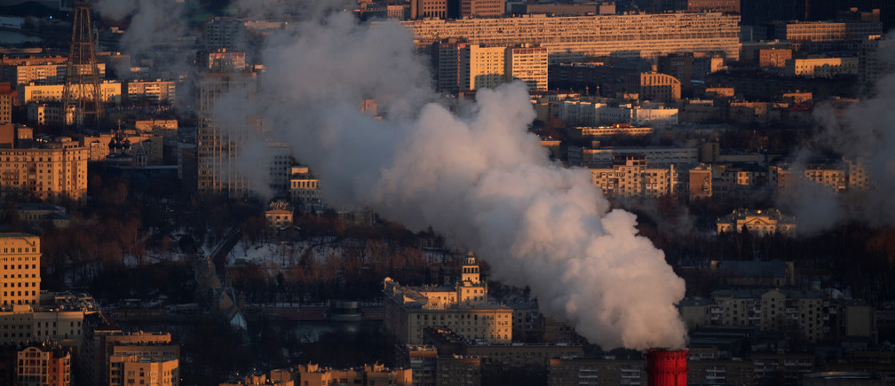 Steam rises from a chimney of a heating power plant during a sunset in Moscow, Russia, March 13, 2019. REUTERS/Maxim Shemetov - RC1B63C119E0