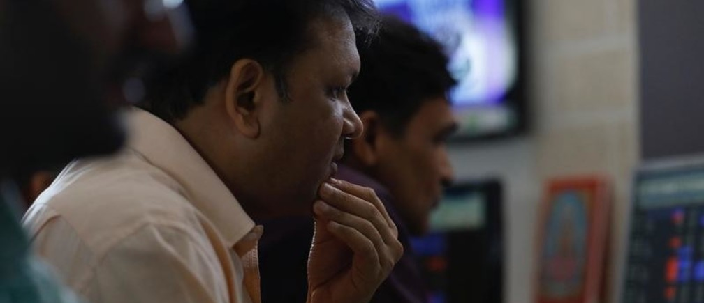 A broker reacts while trading at his computer terminal at a stock brokerage firm in Mumbai, India, December 28, 2017. REUTERS/Danish Siddiqui - RC1C945CF290