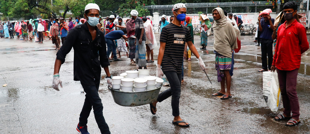Volunteers carry iftar meals to distribute among poor people during ramadan amid the coronavirus disease (COVID-19) outbreak in Dhaka, Bangladesh, April 28, 2020. REUTERS/Mohammad Ponir Hossain - RC2PDG9T36D4