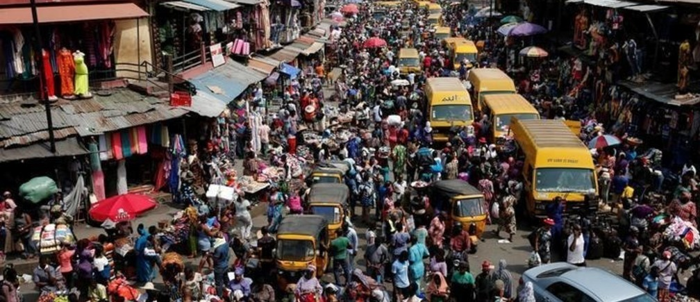 People crowd a street at the central business district in Nigeria's commercial capital Lagos ahead of Christmas December 23, 2016. REUTERS/Akintunde Akinleye