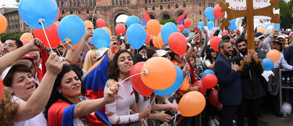 Supporters of Armenian protest leader Nikol Pashinyan gather in Republic Square as parliament holds a session to elect a new prime minister in Yerevan, Armenia May 8, 2018. REUTERS/Hayk Baghdasaryan/Photolure - RC1CE51CEF10