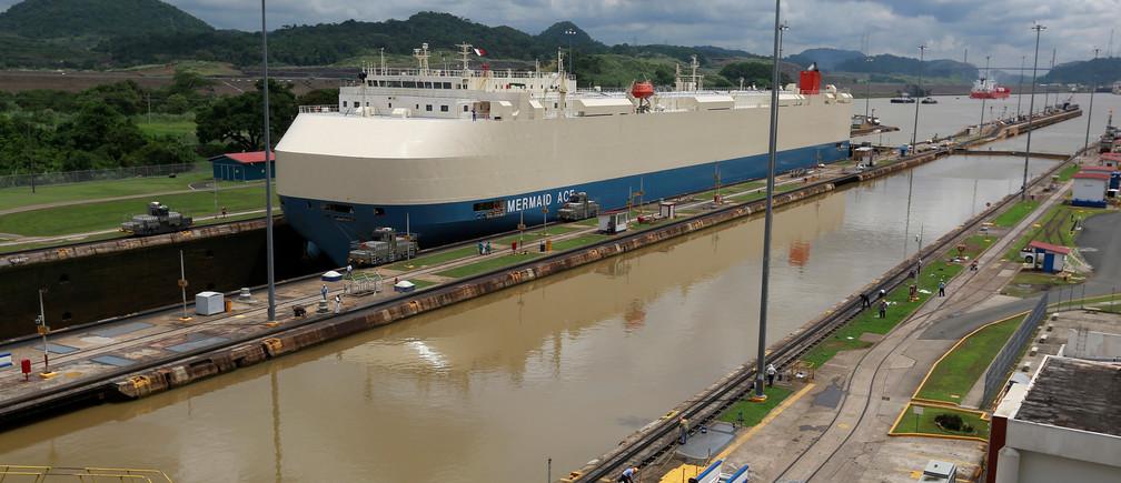 Un buque de carga es fotografiado cruzando por las esclusas de Miraflores, un día antes de la inauguración del proyecto de expansión del Canal de Panamá, en la Ciudad de Panamá, Panamá 25 de junio de 2016