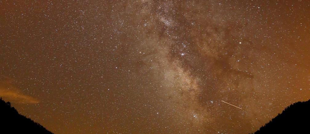 Milky Way is seen during the annual Perseid meteor shower above Salime Reservoir, near Grandas de Salime, Spain August 11, 2017. Picture taken August 11, 2017. REUTERS/Paul Hanna - RC1C497AFBD0